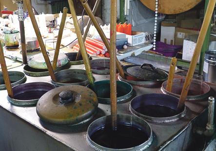 Wachs in allen Farben und in den verschiedensten Mischungen sind das besondere Kapital der Fläminger Kerzenfabrik. Foto: T. Müller